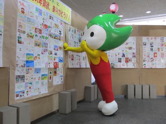 みんなからの年賀状やメッセージカードを県庁1階に展示したよ♪